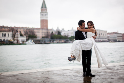Chinese couple posing in Venice for a wedding portrait