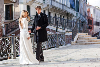 canadian couple strolling in Venice during a honeymoon photo shooting