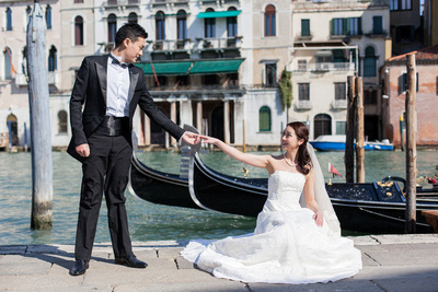 Asian couple enjoying a pre-wedding photo shooting in Venice