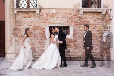 bride and groom kiss in Venice during a pre-wedding photo service
