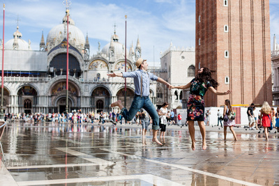 Russian couple jumping in Piazza San Marco during a honeymoon photo shooting in Venice