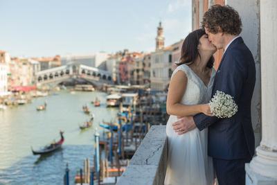 couple photograph in a civil wedding photo service in Venice