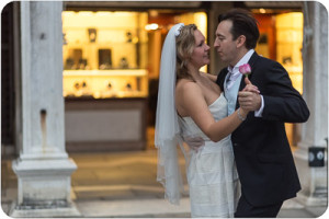 couple dancing in honeymoon photo reportage in Venice