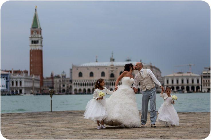 bride-groom-daughters-family-wedding-Venice