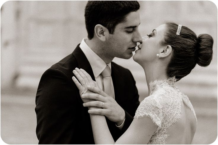 couple kissing during wedding photo service