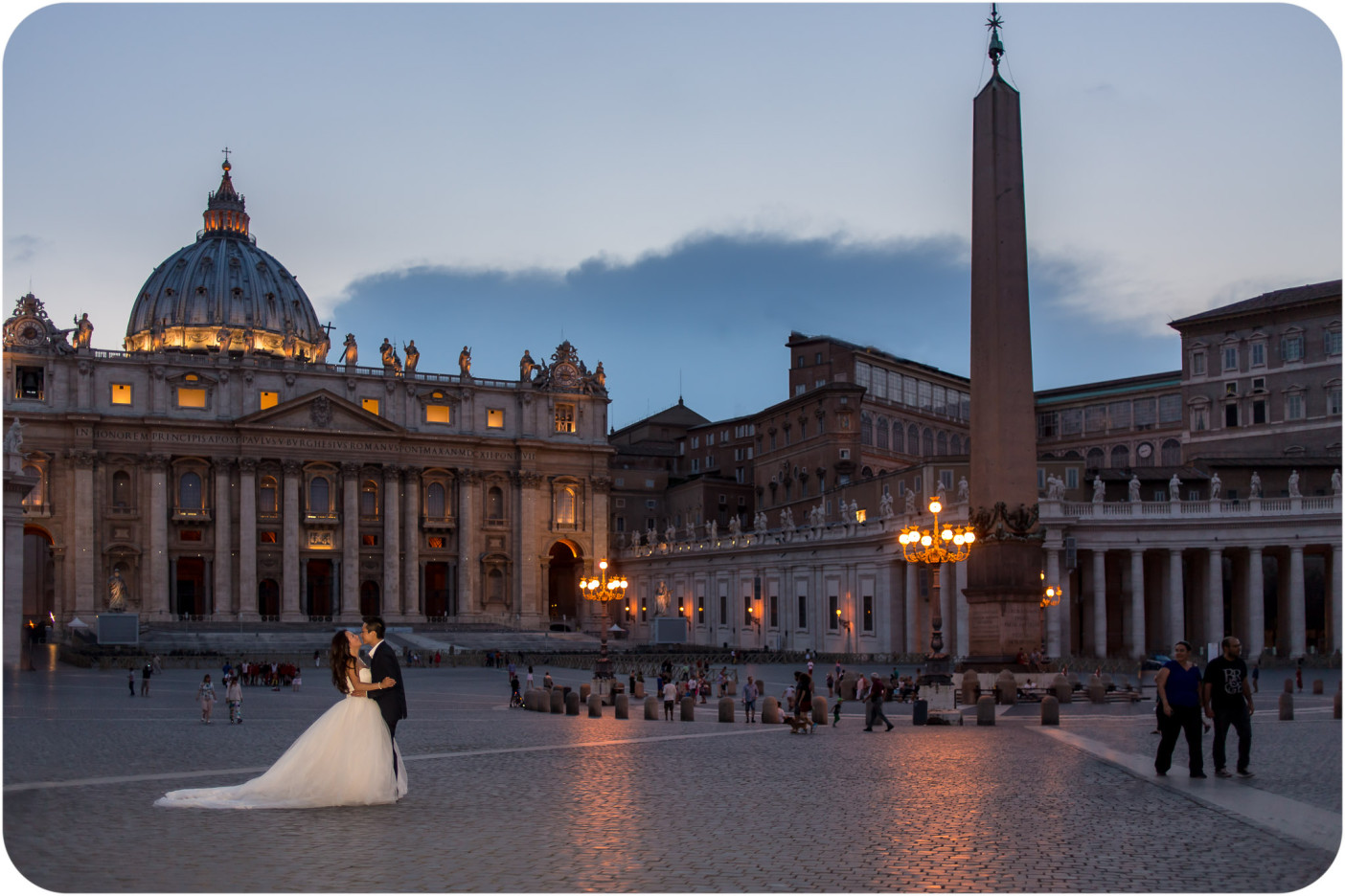 couple kiss during honeymoon photo service in Rome