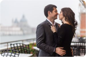 couple kiss at Danieli Hotel's terrace during couple photo service in Venice