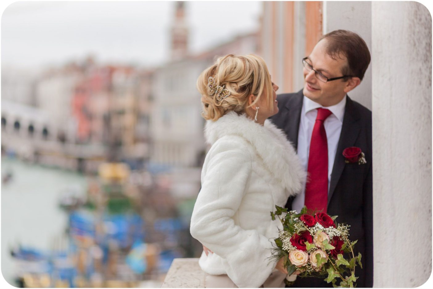 Autumn and rain worked just as a beautiful frame for this couple choosing to marry in Venice surrounded by a few relatives and many elegant details