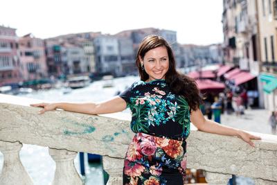 Yulia posing on Rialto bridge during her honeymoon photo service in Venice