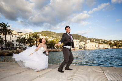 Russian couple dancing during a honeymoon photo service in Italy