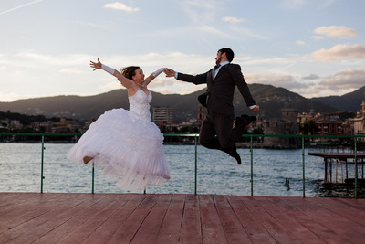 Russian couple jump during honeymoon photo portrait in Italy
