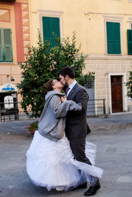 couple kissing during their honeymoon photo portrait session in Italy