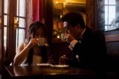 young couple drinking cappucino in Venice during a wedding photo shooting