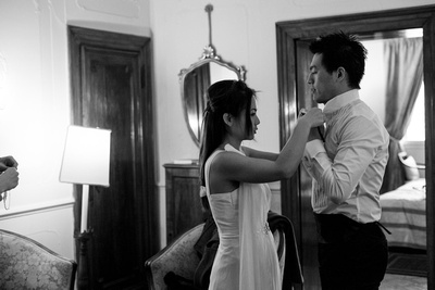Asian couple getting ready for a pre-wedding photo service in Venice