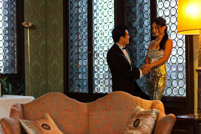 Asian couple danicing in a hotel during a pre-wedding photo shooting in Venice