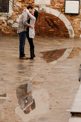 American couple kissing during a couple photo shooting in Venice