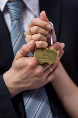 Russian couple holding a love padlock during their wedding photo shooting in Venice