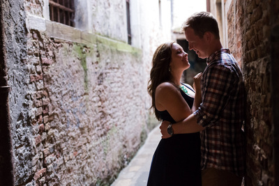 American couple hugging in an alley during a photo walking tour in Venice