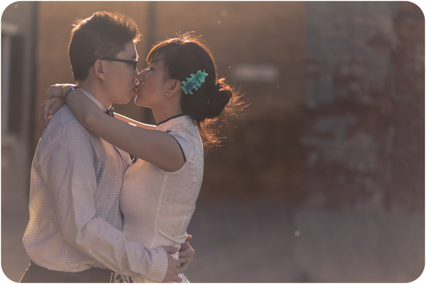 couple kissing during pre-wedding photo service in Venice